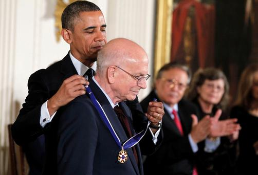 U.S. President Barack Obama presents the Presidential Medal of Freedom to Daniel Kahneman at a ceremony in the East Room of the White House in Washington, November 20, 2013. REUTERS/Larry Downing (UNITED STATES - Tags: POLITICS ENTERTAINMENT PROFILE)
