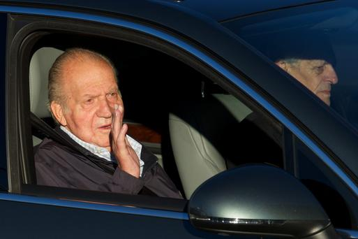 King Juan Carlos of Spain (L) arrives at the Hospital Universitario Quiron on November 21, 2013 in Pozuelo de Alarcon, Spain