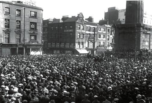 September 1913 : Crowds in Dublin's O'Connell street attending a trades union meeting