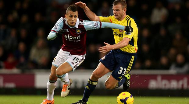 West Ham United's Ravel Morrison and Sunderland's Lee Cattermole compete for the ball