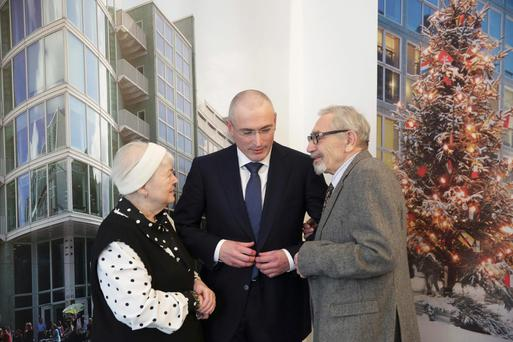 Freed Russian former oil tycoon Mikhail Khodorkovsky stands with his parents Marina and Boris ahead of a news conference in the Museum Haus am Checkpoint Charlie in Berlin, December 22, 2013