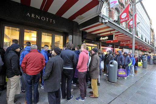 Que's forming at Arnotts Dep store where the Winter Sale started at 9am St Stephens day © Michael Chester NO Reproduction fee