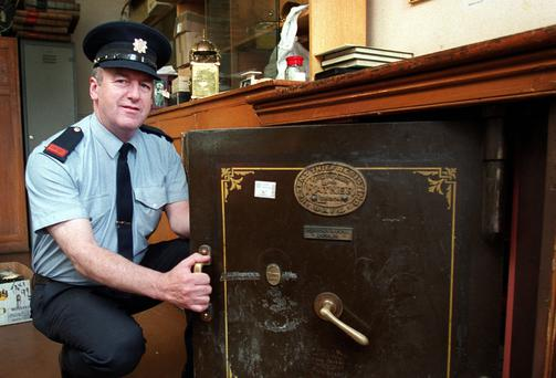 File photo of Insp Neil McGroarty with the Ratner safe that the Crown Jewels were stolen from. Photo: Gerry Mooney
