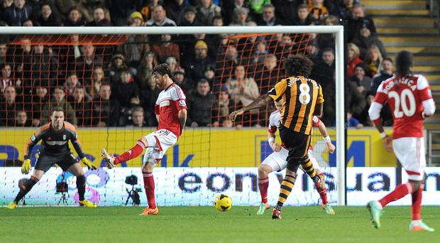 Hull City's Tom Huddlestone (second right) scores their fourth goal of the game