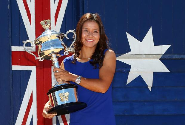 Li Na with the Daphne Akhurst Memorial Cup after winning the 2014 Australian Open