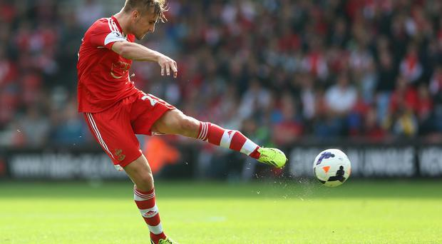 Manchester United are aiming to secure a £30m deal for Southampton defender Luke Shaw