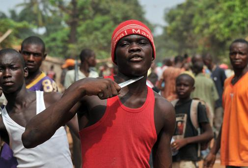 A man holds a knife to his throat claiming that he is looking for Muslims to cut off their heads in the 5th district of Bangui