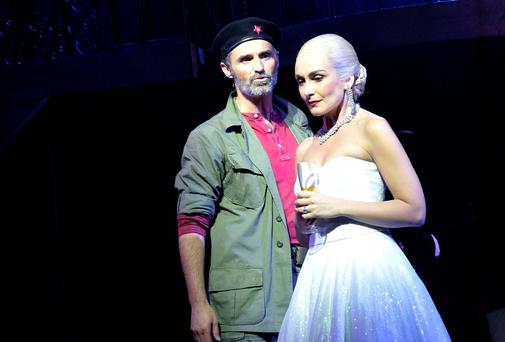 Marti Pellow as Che and Madalena Alberto as Eva. Photo: Keith Pattison