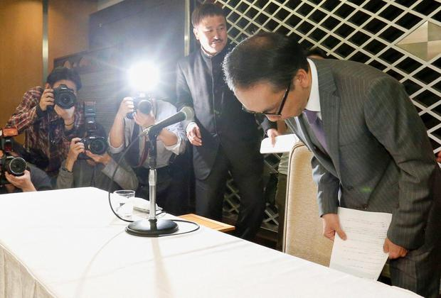 Takashi Niigaki (R), a part-time university professor, bows during a news conference in Tokyo.Niigaki has admitted that he has been the ghost writer for nearly two decades for Mamoru Samuragochi. Photo: Reuters.