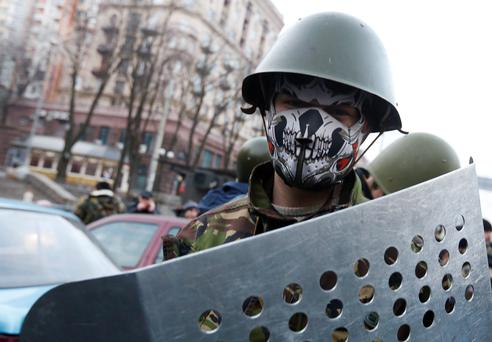 An anti-government protester mans a barricade in Kiev February 21, 2014. Violence flared again in Kiev on Friday as Ukraine's opposition politicians pondered a draft deal with Russian-backed President Viktor Yanukovich which EU foreign ministers brokered to resolve the country's political crisis. REUTERS/Baz Ratner (UKRAINE - Tags: POLITICS CIVIL UNREST)