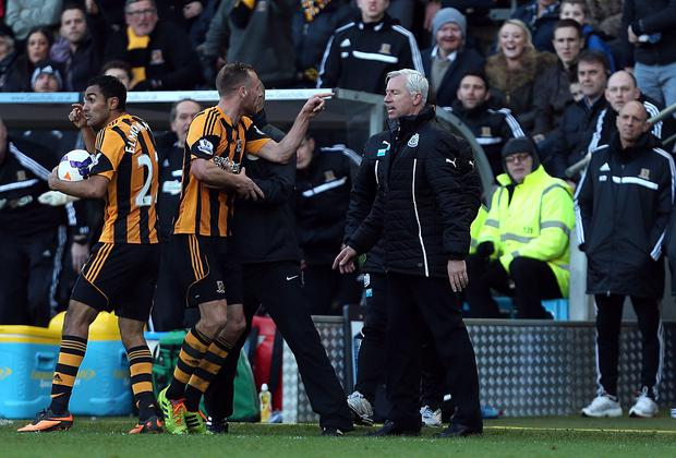 Newcastle United's manager Alan Pardew and Hull City's David Meyler (left) confront each other during the Barclays Premier League match at the KC Stadium.