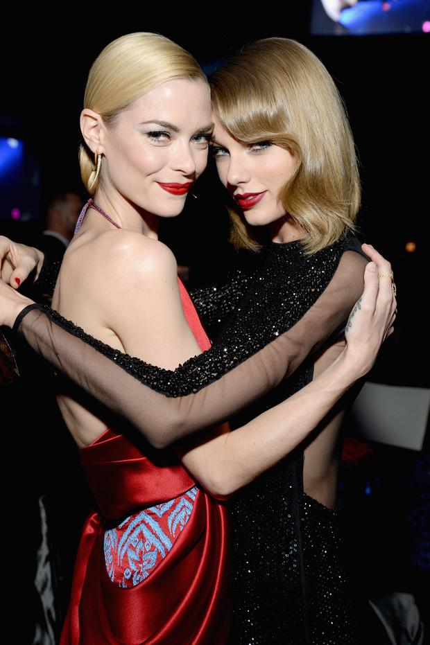 Actress Jaime King (L) and recording artist Taylor Swift attend the 22nd Annual Elton John AIDS Foundation Academy Awards Viewing Party