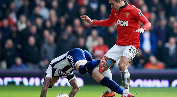Robin van Persie of Manchester United battles with Liam Ridgewell
