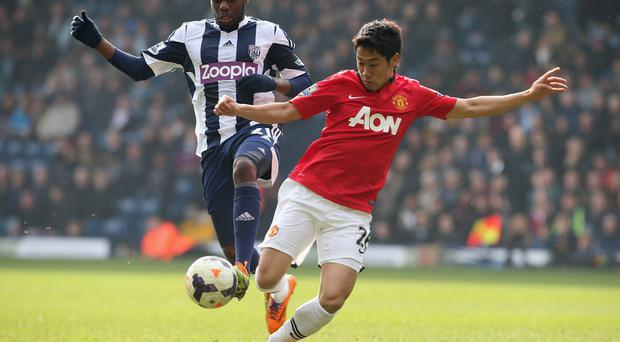 Shinji Kagawa of Manchester United in action with Youssouf Mulumbu of West Bromwich Albion