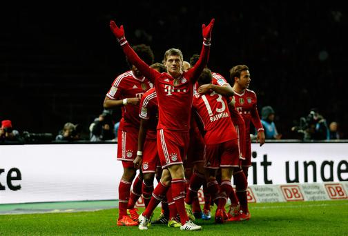 Toni Kroos of Muenchen celebrates with his team-mates after scoring their first goal during the Bundesliga match between Hertha BSC and FC Bayern Muenchen