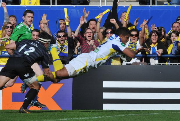 Clermont's French centre Wesley Fofana scores a try