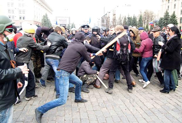 Pro-Russian protesters (L) clash with activists (R) supporting the territorial integrity of Ukraine as Interior Ministry members (C) attempt to break them apart during rallies in the eastern city of Kharkiv April 7, 2014. Photo: Reuters.