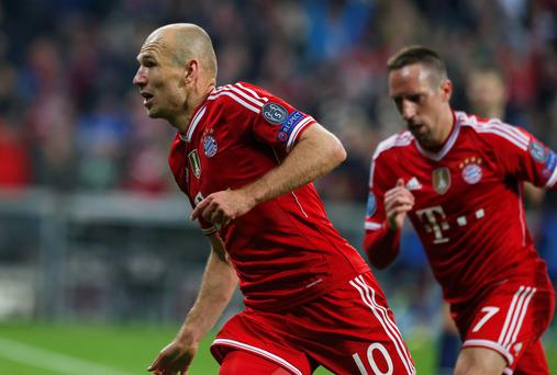 Bayern Munich's Arjen Robben celebrates with Franck Ribery (R) after scoring a goal against Manchester United during their Champions League quarter-final second leg soccer match in Munich, April 9, 2014. REUTERS/Michaela Rehle