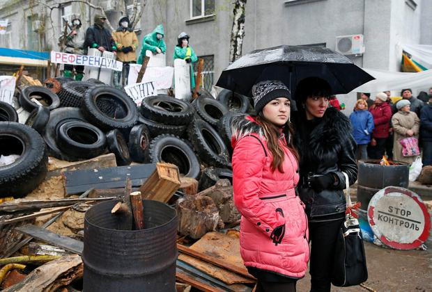 Pro-Russian protesters gather at a barricade near the police headquarters in Slaviansk yesterday. One pro-Russian activist was killed in the east Ukrainian city of Slaviansk in clashes with forces loyal to the government in Kiev. Photo: Reuters/Gleb Garanich