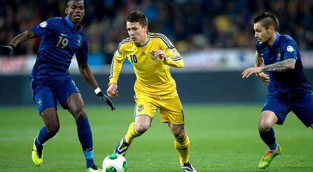 Yevhen Konoplyanka (R) of Ukraine fights for the ball with Paul Pogba of France (L) (Photo by Adam Nurkiewicz/Getty Images)