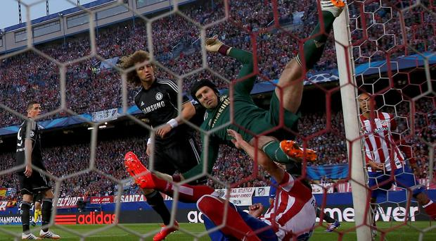 Chelsea's goalkeeper Petr Cech (C) collides with Atletico Madrid's Raul Garcia