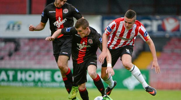 Derry City's Michael Duffy in action against Bohemians duo Steven Beattie and Roberto Lopes during the sides' 1-1 draw at Dalymount Park last night. Photo: Piaras O Midheach / SPORTSFILE