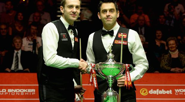 SHEFFIELD, ENGLAND - MAY 04: Mark Selby and Ronnie O'Sullivan shake hands ahead of The Dafabet World Snooker Championship final at Crucible Theatre on May 4, 2014 in Sheffield, England. (Photo by Gareth Copley/Getty Images)