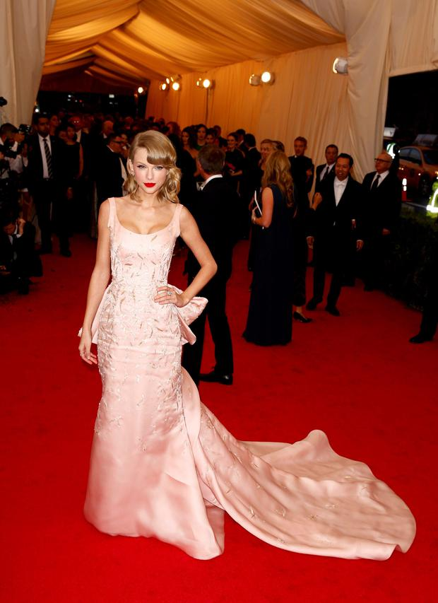 "Singer Taylor Swift arrives at the Metropolitan Museum of Art Costume Institute Gala Benefit celebrating the opening of ""Charles James: Beyond Fashion"" in Upper Manhattan, New York, May 5, 2014. REUTERS/Lucas Jackson"