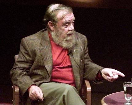 Internationally-renowned author and environmentalist Farley Mowat speaks at Toronto's International Festival of Authors in this October 23, 1998 file photo. Mowat, 92, a fervent and sometimes controversial writer who sold some 17 million books, has died, Canadian media reported May 7, 2014. REUTERS/Peter Jones/Files (CANADA - Tags: ENTERTAINMENT PROFILE OBITUARY)
