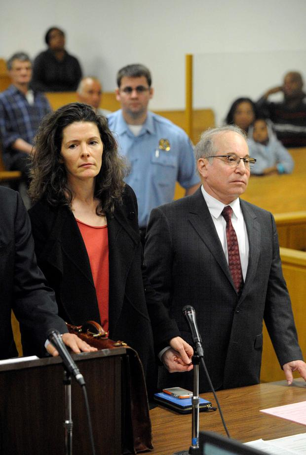 Singer Edie Brickell and her husband singer Paul Simon attend Norwalk Superior Court in Norwalk, Connecticut May 16, 2014. REUTERS/Douglas Healey/Pool