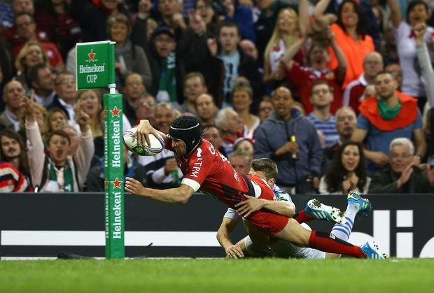 Matt Giteau dives over to score Toulon's opening try in the Heineken Cup final against Saracens at the Millennium Stadium. Photo: Michael Steele/Getty Images