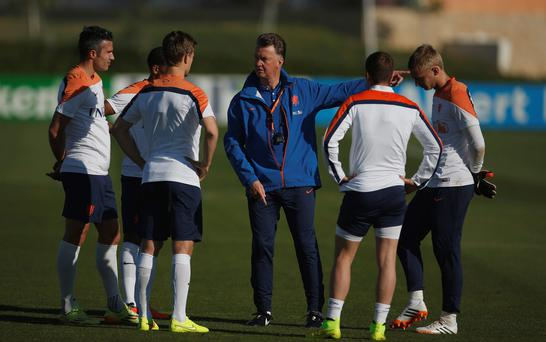 Dutch coach Louis van Gaal (C) talks with his players during a training session in Lagos, Portugal.