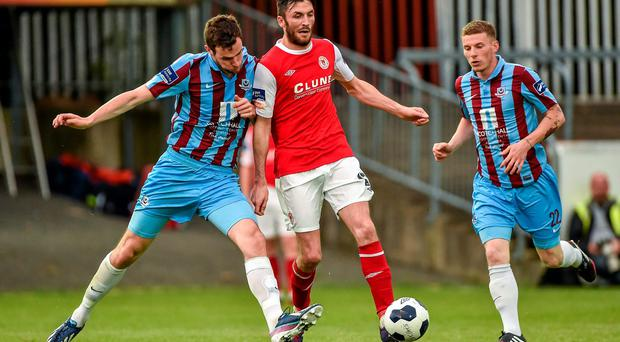 Killian Brennan, St. Patrick's Athletic, in action against Paul Andrews, left, and Eric Foley, Drogheda United. Airtricity League Premier Division, St. Patrick's Athletic v Drogheda United, Richmond Park, Dublin. Picture credit: Barry Cregg / SPORTSFILE