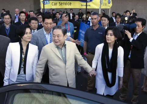 Samsung Electronics Chairman Lee Kun-hee with daughters Lee Boo-jin (R) and Lee Seo-hyun (L) leaves the Las Vegas Convention Center after touring the Samsung booth and talking with reporters at the 2012 International Consumer Electronics Show (CES) in Las Vegas, Nevada in this January 12, 2012 file photo. REUTERS/Steve Marcus/Files