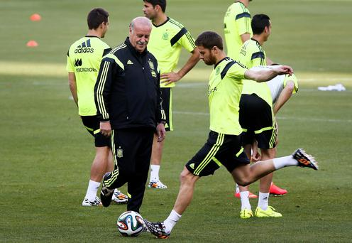 Spain's national soccer team head coach Vicente del Bosque (L) watches Xabi Alonso (C) during a team training