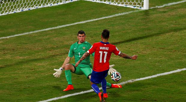 Chile's Eduardo Vargas (front) attempts to score past Australia's Mathew Ryan during their 2014 World Cup Group B soccer match at the Pantanal arena in Cuiaba June 13, 2014. REUTERS/Amr Abdallah Dalsh (BRAZIL - Tags: SOCCER SPORT WORLD CUP)