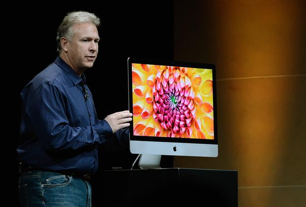 Apple Senior Vice President of Worldwide product marketing Phil Schiller with the new iMac (Photo by Kevork Djansezian/Getty Images)