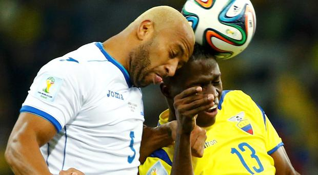 Victor Bernardez of Honduras (L) fights for the ball with Ecuador's Enner Valencia during their 2014 World Cup Group E soccer match at the Baixada arena in Curitiba June 20, 2014. REUTERS/Stefano Rellandini (BRAZIL - Tags: SOCCER SPORT WORLD CUP TPX IMAGES OF THE DAY)