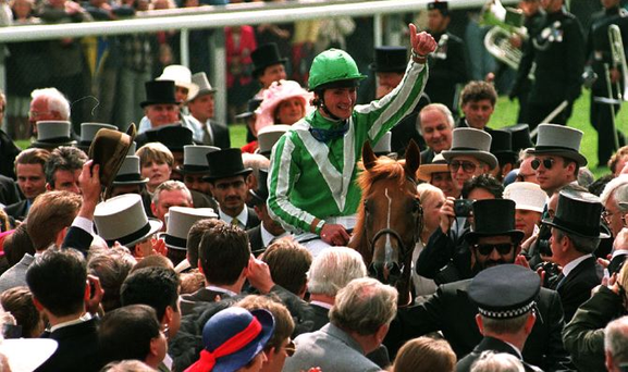 Walter Swinburn and Lammtarra are welcomed in the winner' s enclosure after their English derby win in 1995