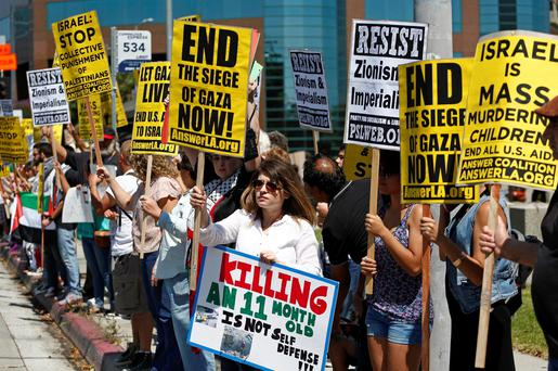 Pro-Palestine supporters rally against violence in the Gaza strip at the federal building in Los Angeles, California July 20, 2014. Reuters/Jonathan Alcorn