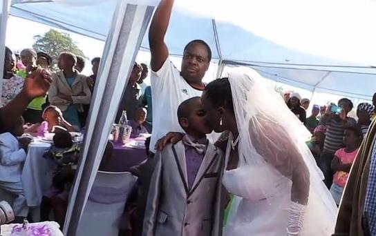 Tradition states that a couple should declare their vows in both their homes so, this year, Saneie and Helen partook in another ceremony at the bride's house in Ximhungwe, in Mpumalanga, South Africa.