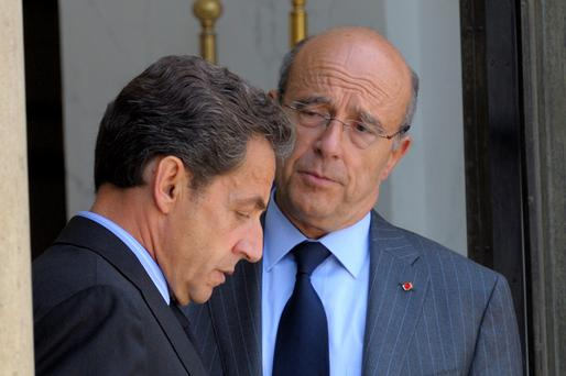 Former President Nicolas Sarkozy (L) speaks with Alain Juppe at the Elysee Palace in Paris. (REUTERS/Philippe Wojazer/Files)