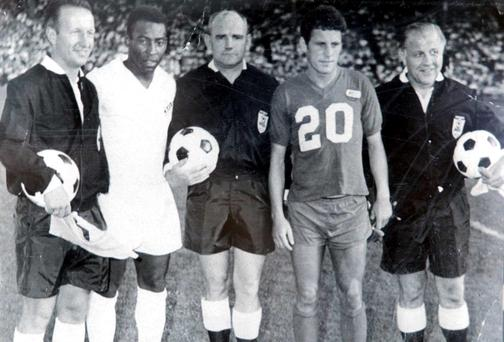 Former Shels player Eric Barber (second from right) pictured when he was playing with the Kansas City Spurs when they played against Santos with the famous Pele in 1968. Picture;Gerry Mooney
