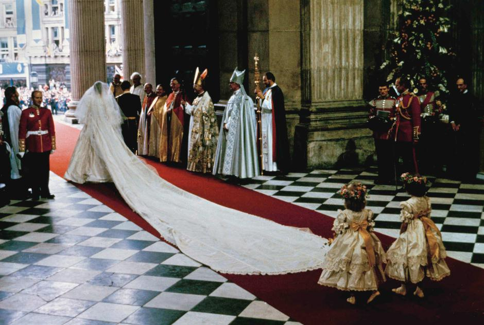 Princess Diana\'s wedding dress to be returned to Harry and Will