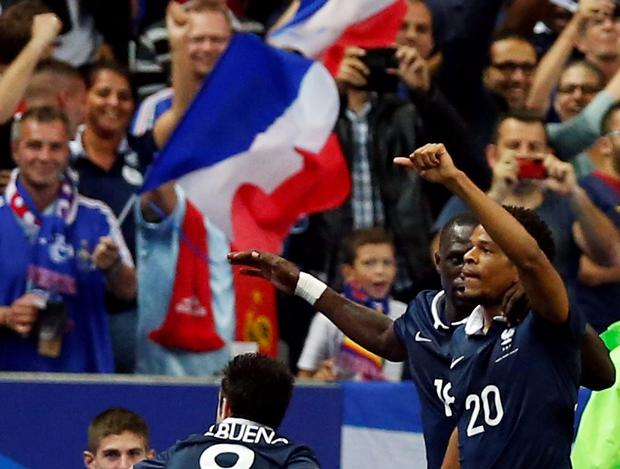France's Loic Remy (R) celebrates with team mates after scoring against Spain during their international friendly soccer match at the Stade de France stadium in Saint-Denis, near Paris (REUTERS/Benoit Tessier)