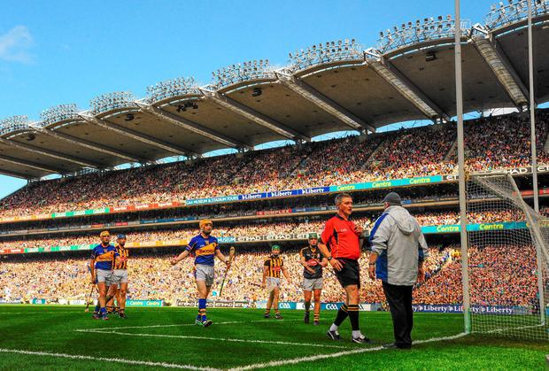 Referee Barry Kelly consults with an umpire before awarding Tipperary a penalty last Sunday - but do referees need more assistance? Photo: Piaras O Midheach / SPORTSFILE