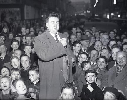 1959 Brendan Behan switchin-on theChristmas light in Dublin . Indo pic