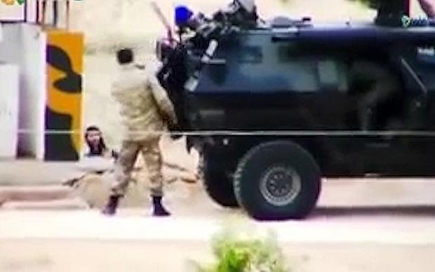 ISIL fighters chat with Turkish border guards Photo: YouTube