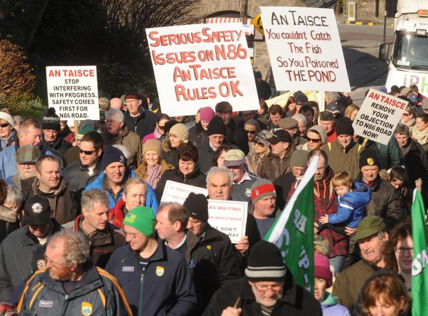 07-02-2015: A crowd scene at the public rally in Dingle, Co. Kerry on Saturday against An Taisce's decision to seek a judicial review regarding the planned upgrading of the N86 road in West Kerry . Picture: Eamonn Keogh (MacMonagle, Killarney)