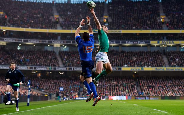 In the 11th minute a superbly judged high kick to the corner almost put Tommy Bowe in